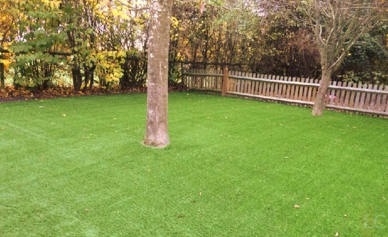 Cut artfificial turf around obstruction - How to lay fake grass